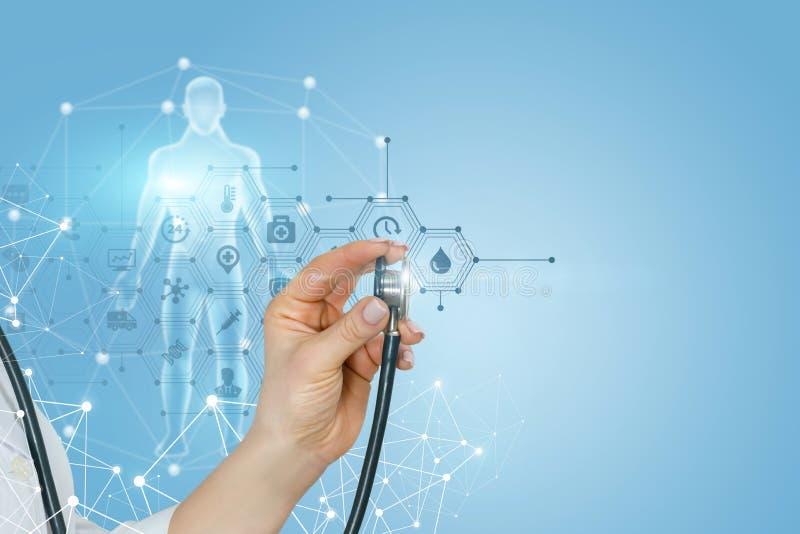 Een vrouwelijke hand wat betreft een totaal de medische dienstsysteem met een stethoscoop royalty-vrije stock fotografie