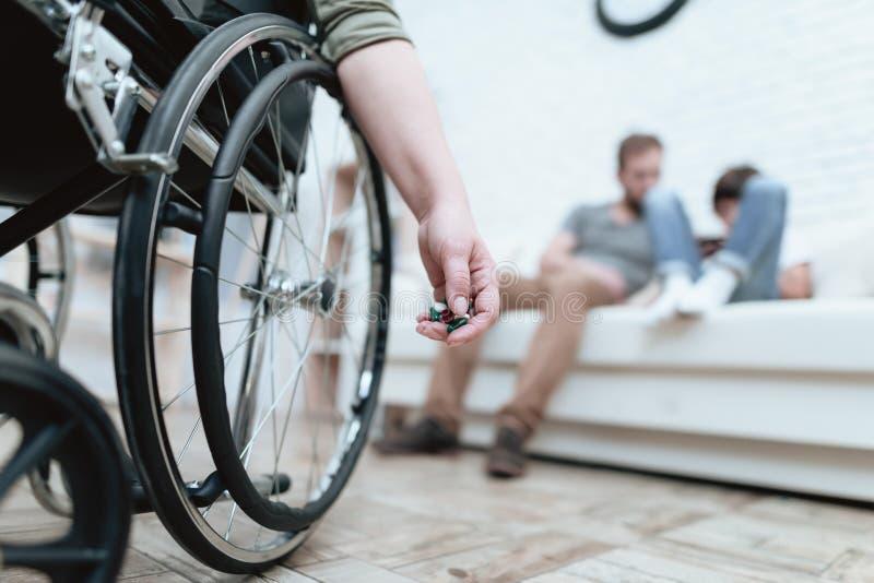 Een vrouwelijke veteraan in een rolstoel is gedeprimeerd Zij probeert om zelfmoord te begaan De vrouw lijdt royalty-vrije stock foto