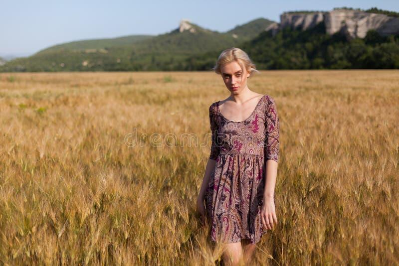 Een vrouwenlandbouwer op gebied van tarwe vóór de oogst royalty-vrije stock fotografie