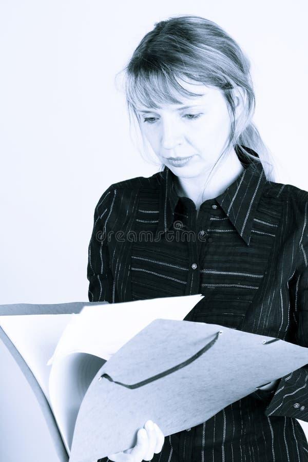 Een vrouwenlezing door een omslag (2) royalty-vrije stock afbeelding
