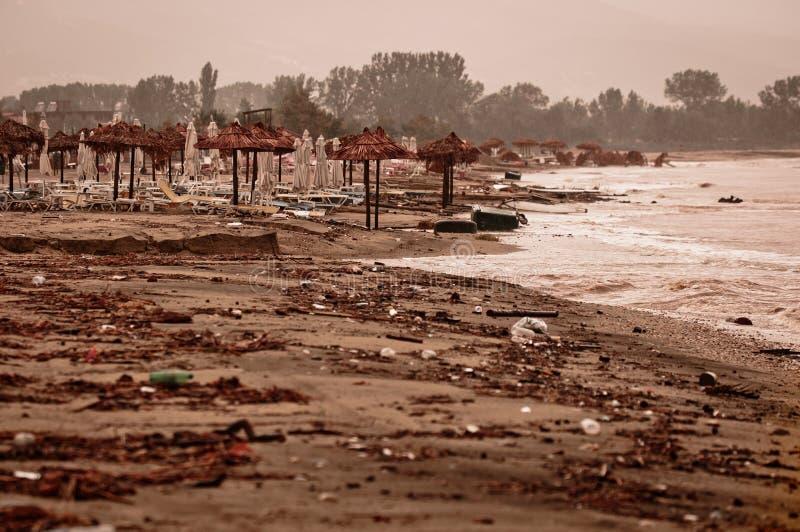 Een vuil verontreinigd strand stock afbeelding
