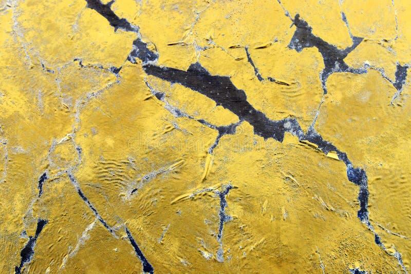 Een vuile zwarte en gouden oppervlakte, een abstractie met scherpe randen stock fotografie