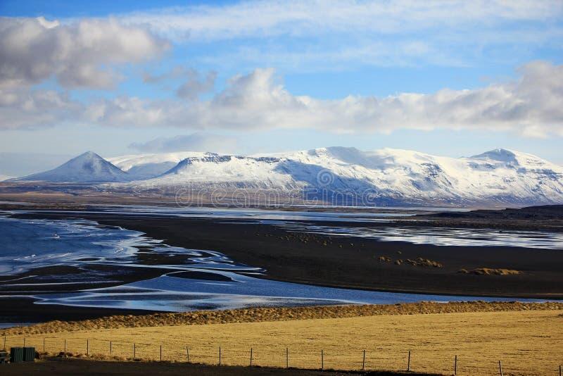 Een vulkanisch strand in Vatnsnes-schiereiland, IJsland, Europa stock fotografie