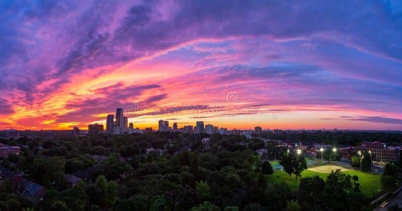 Een vurige zonsondergang over uit het stadscentrum Toronto stock fotografie