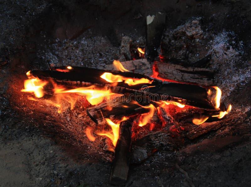 Een vuur bij de nacht royalty-vrije stock afbeelding