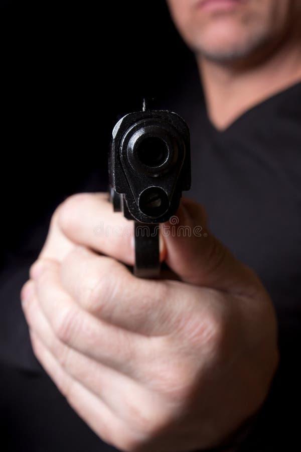 Een vuurwapen in de handen van een of mens die verdedigen aanvallen royalty-vrije stock foto