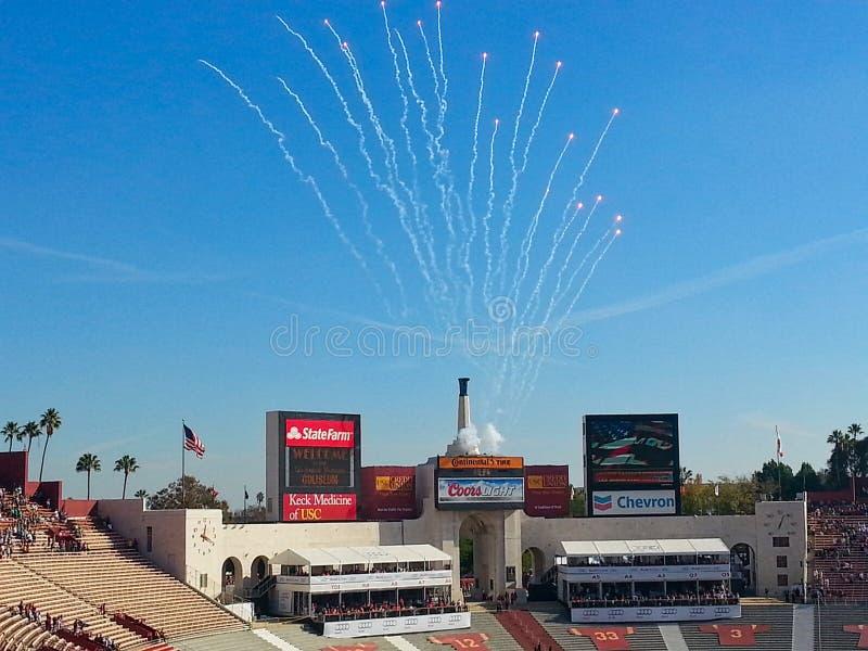 een vuurwerk bij een stadion stock afbeeldingen