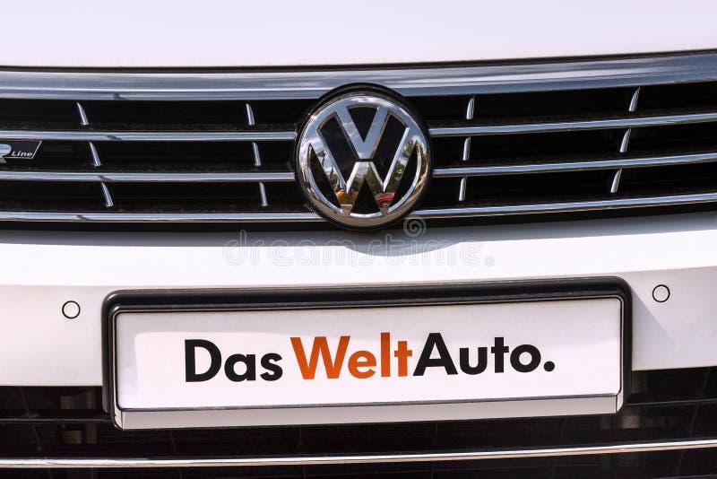 Een VW-autoteken in siegen Duitsland stock afbeeldingen