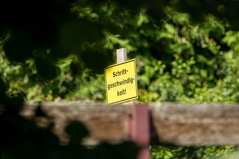 Een waarschuwingsbord dat leest: het lopen snelheid stock foto