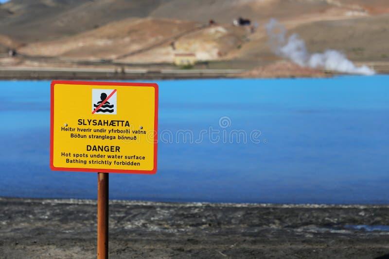 Een waarschuwingsbord dichtbij de wateren van de Geothermische Krachtcentrale van Bjarnarflag royalty-vrije stock afbeelding