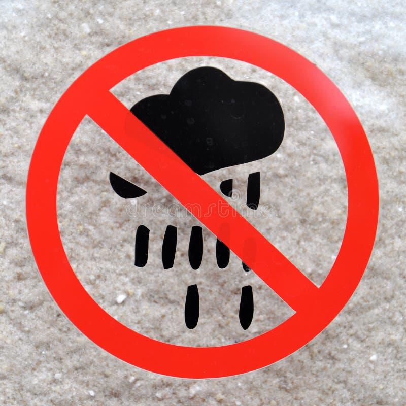 Een waarschuwingsbord met een pictogram van de donderwolk stock foto's