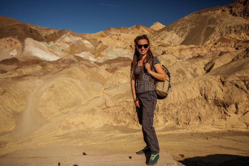 Een wandelaar in de plaats van het het Paletoriëntatiepunt van de Kunstenaar in het Nationale Park van de Doodsvallei, de Geologi royalty-vrije stock afbeeldingen