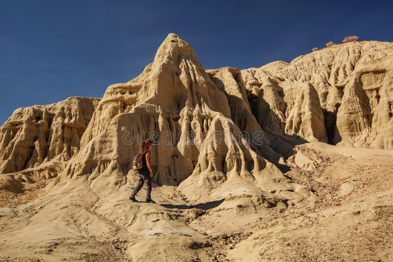Een wandelaar in de plaats van het het Paletoriëntatiepunt van de Kunstenaar in het Nationale Park van de Doodsvallei, de Geologi royalty-vrije stock foto's