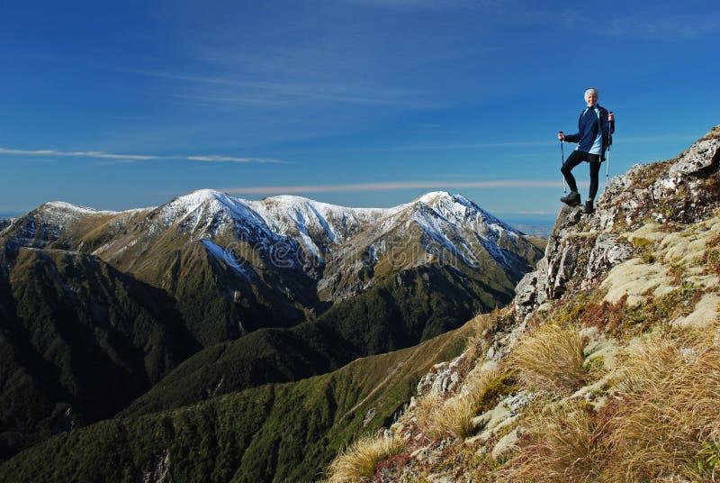 Een wandelaar omhoog hoog in bergen stock foto