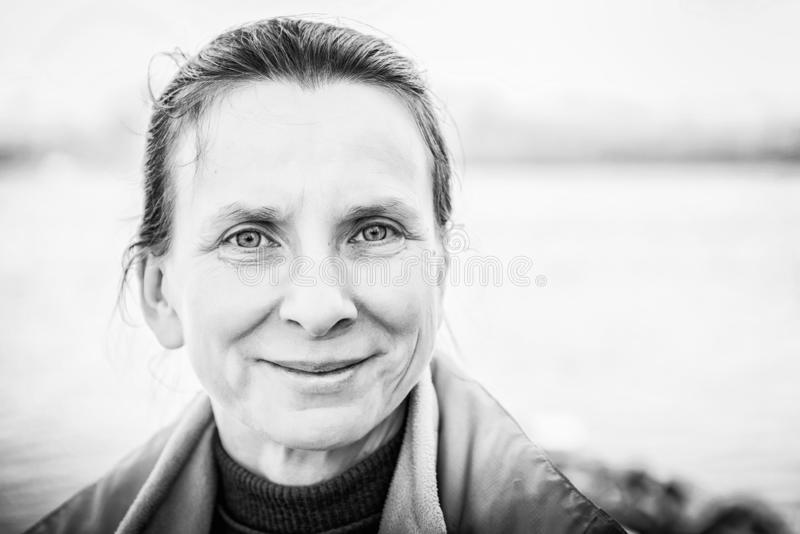 Een warm zwart-wit portret van een aardige hogere vrouw royalty-vrije stock foto