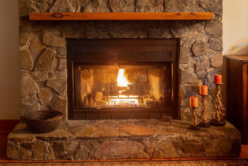 Een warme open haard in een bergcabine in Noord-Carolina royalty-vrije stock afbeeldingen