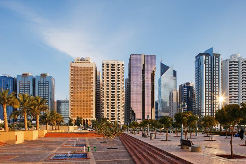 Een warme zon verlicht de Horizon van Abu Dhabi stock afbeeldingen