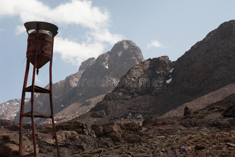 Een waterreservoir in de Atlasbergen stock foto's