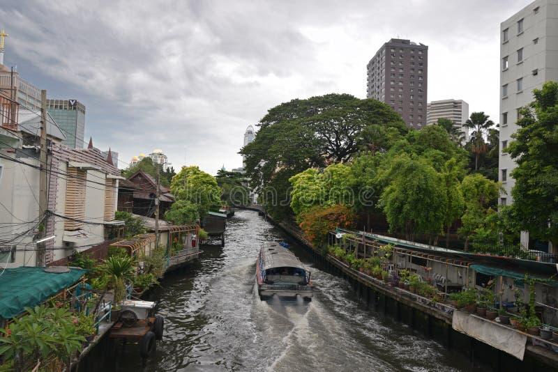 Een watertaxi die door Phanfa Bridge de rivier van de Waterpoort in Bangkok, Thailand overgaan royalty-vrije stock afbeelding