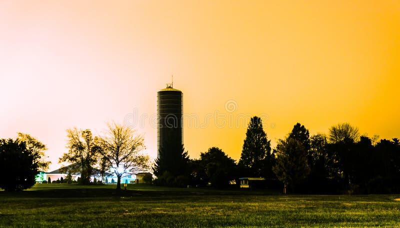 Een watertoren bij nacht in Shrewsbury, Pennsylvania stock afbeelding