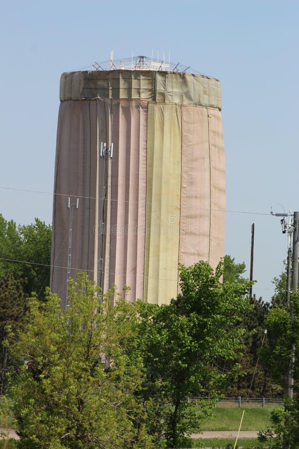 Een Watertoren voor het Schilderen wordt behandeld die stock fotografie