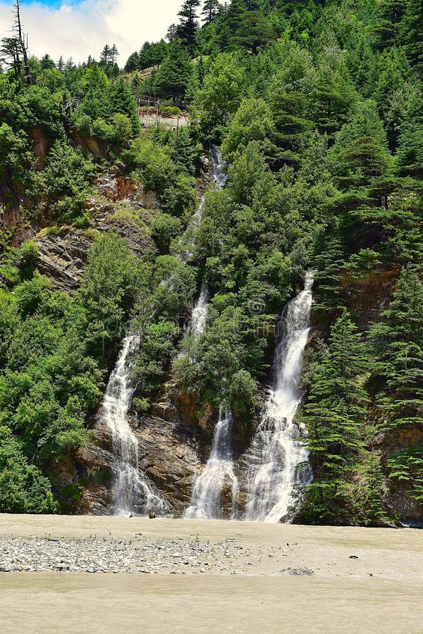 Een waterval zoals die van uttarkashi-Gangotri Weg, Uttarkashi, India wordt gezien royalty-vrije stock foto's