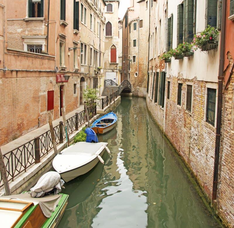 Een waterweg in de achterstraten van Venetië, Italië royalty-vrije stock foto