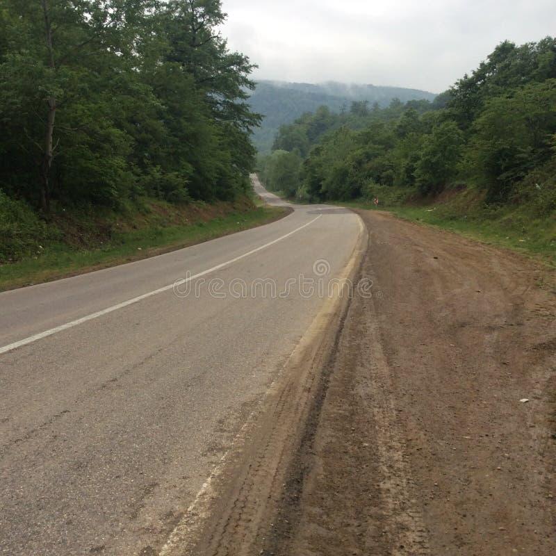Een weg aan groene berg stock foto