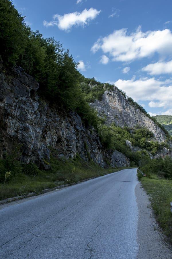 Een weg aan Mogilitsa is een dorp in zuidelijk Bulgarije Het wordt gevestigd in Smolyan-gemeente, Smolyan-gebied royalty-vrije stock foto