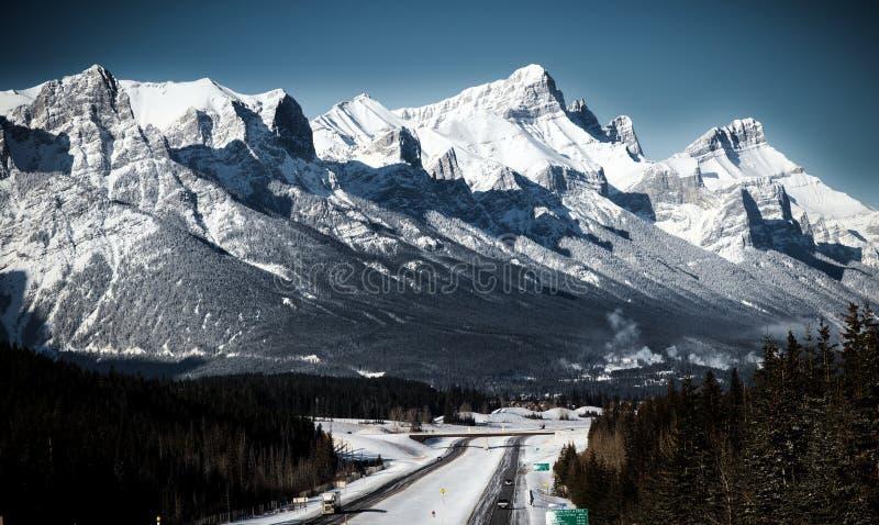 Een weg in Canadese Rotsachtige Bergen Canmore, Alberta royalty-vrije stock fotografie