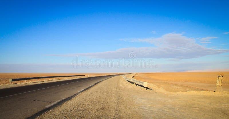 Een Weg in de horizon, de deur aan Sahara Desert, Douz, Tunesië stock foto