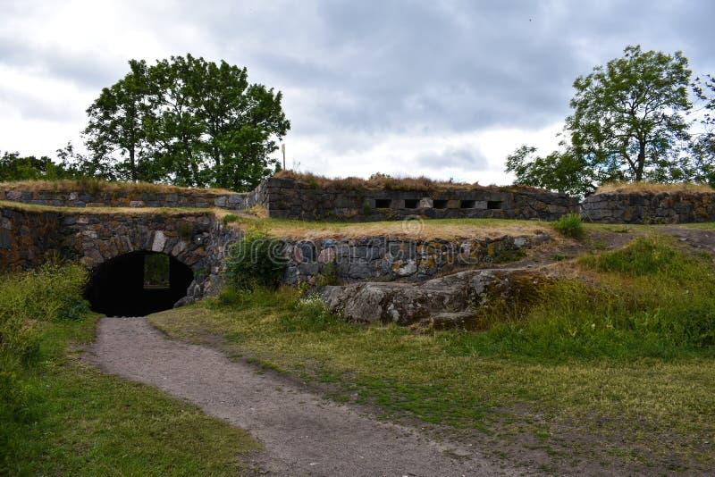 Een weg en een tunnel door de muren stock afbeeldingen