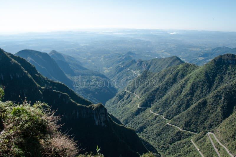 Een weghoogtepunt van krommen dat de kust met de bergen verbindt stock foto's