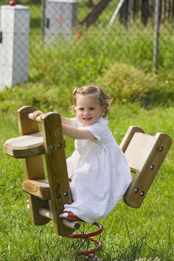 EEN WEINIG het mooie kind slingeren royalty-vrije stock foto's