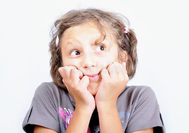 EEN WEINIG leuk meisje met vreemde uitdrukking op gezicht royalty-vrije stock foto