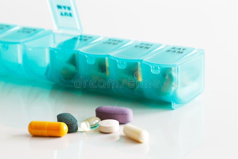 Een wekelijkse container van tabletten, vitaminen enz. stock afbeeldingen