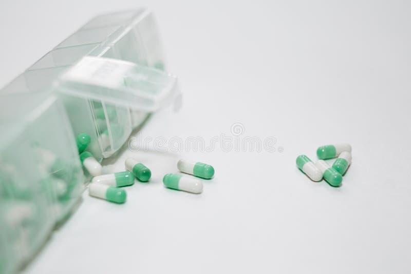 Een wekelijkse dosering van medicijn in pillenautomaat royalty-vrije stock afbeelding