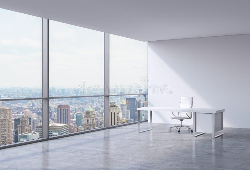 Een werkplaats in een modern hoek panoramisch bureau in New York, Manhattan Een witte leerstoel en een witte lijst royalty-vrije stock afbeeldingen