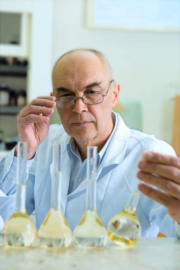 Een wetenschapper die experimenten leidt stock fotografie