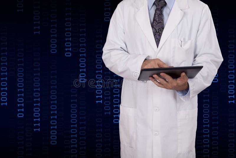 Een wetenschapper gebruikt een tabletcomputer. stock foto's
