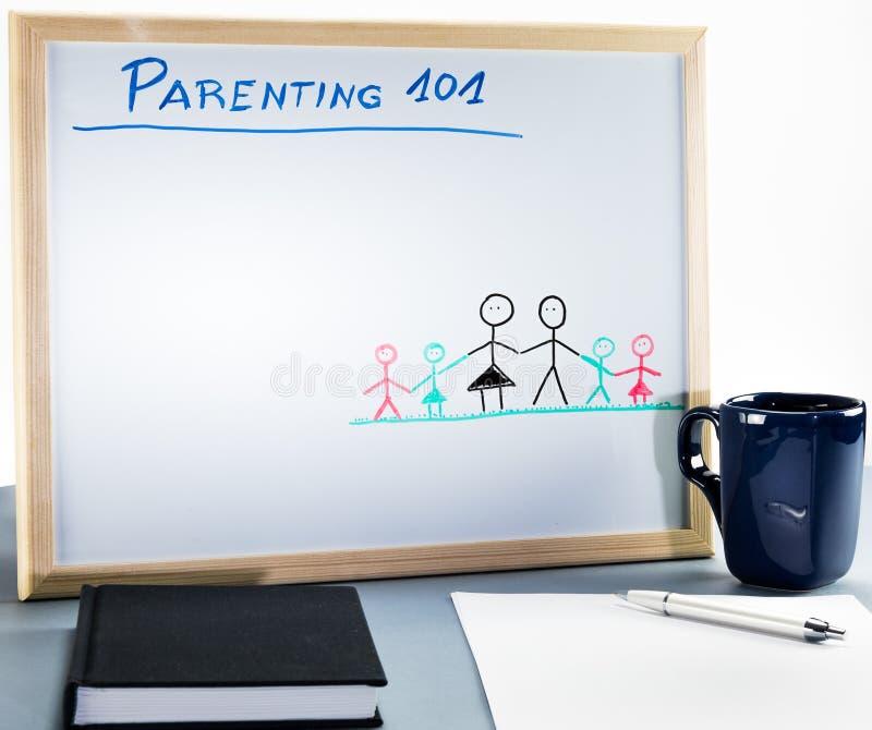 Een whiteboard voor ouderschapklassen en seksuele opvoeding wordt gebruikt op hoge school of universiteit die stock foto's