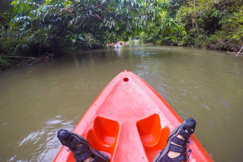 Een whitewater kayaker terwijl golf op de rivier in Satun-provincie, stock afbeeldingen