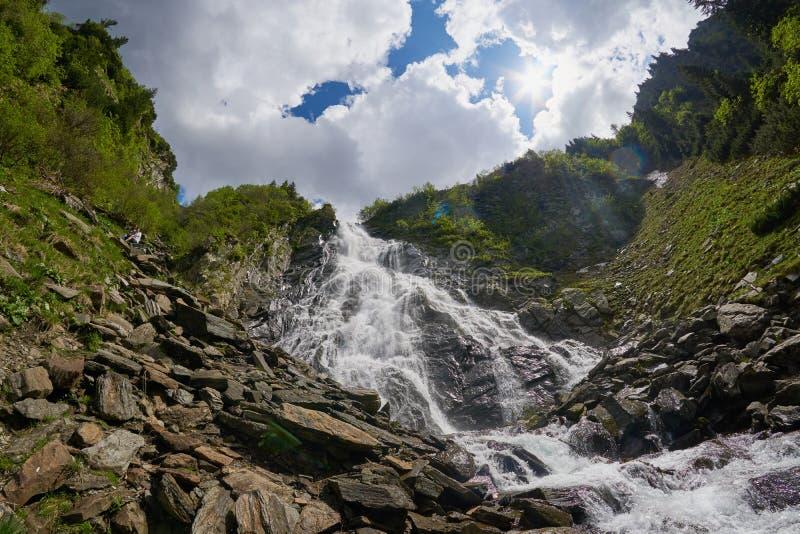 Een wiew van Fagaras-bergen bij Balea-waterval in Transsylvanië Roemenië Oost-Europa royalty-vrije stock foto's