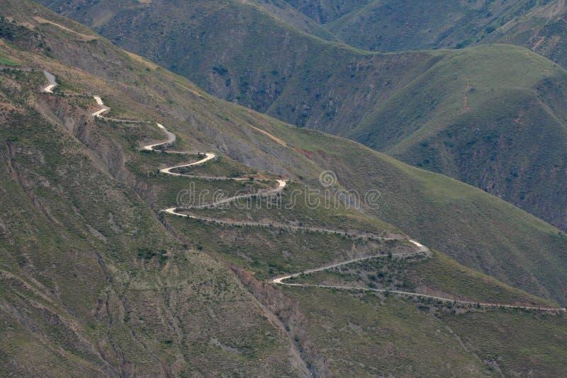 Een windende weg in bergen stock foto