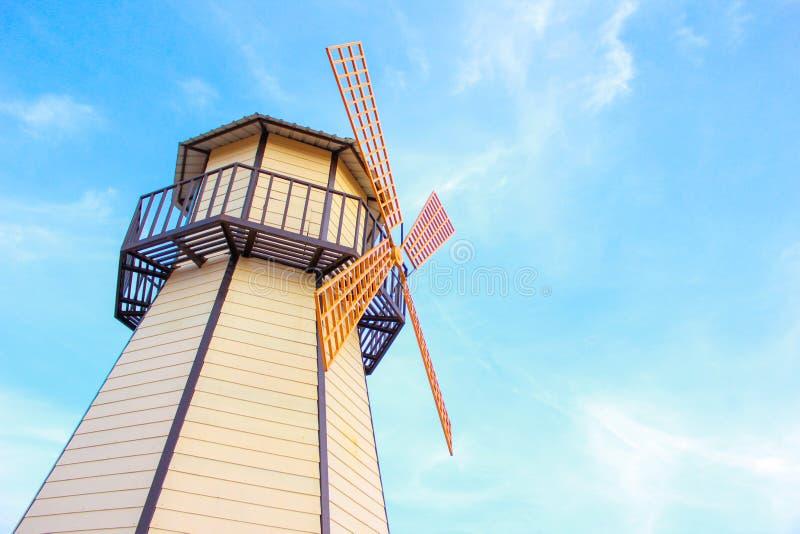Een windmolen in aardige hemel stock afbeeldingen