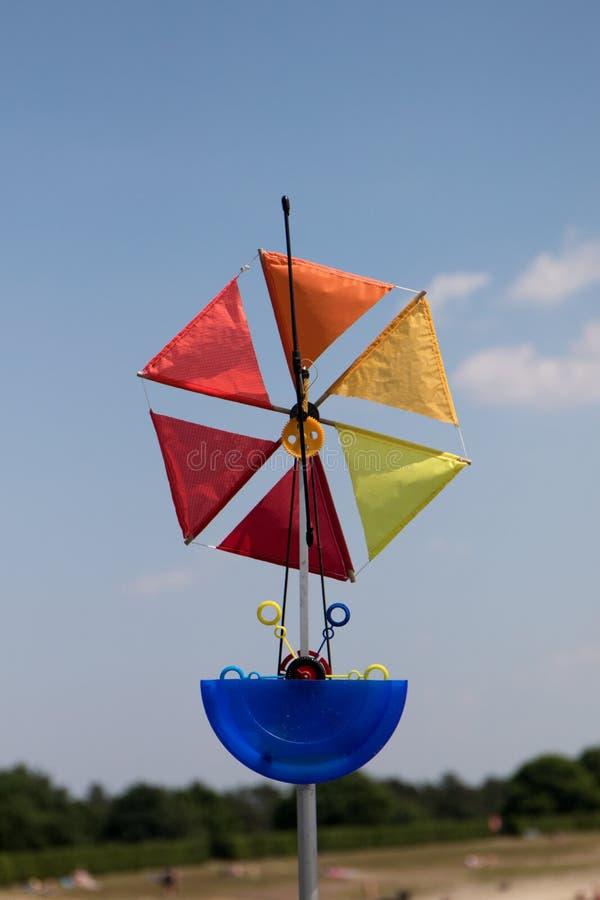 Een windmolen blazende zeepbels bij het vliegerfestival bij het opslagoverzees geeste Duitsland royalty-vrije stock afbeeldingen