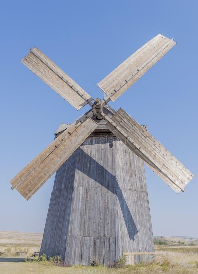 Een windmolen tegen de achtergrond van aard stock afbeelding