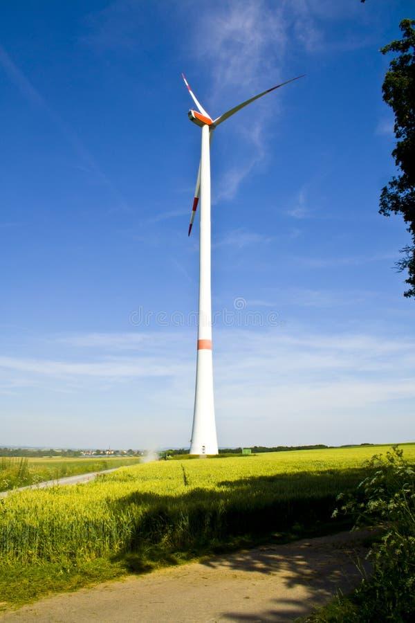 Een windturbine op een groen gebied van erachter Gefotografeerd in Beieren, Duitsland royalty-vrije stock afbeelding