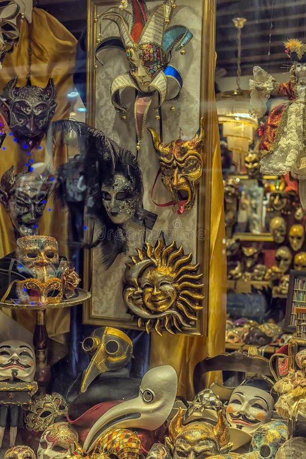 Een winkelhoogtepunt van traditionele maskers en herinneringen in een kleine straat stock fotografie