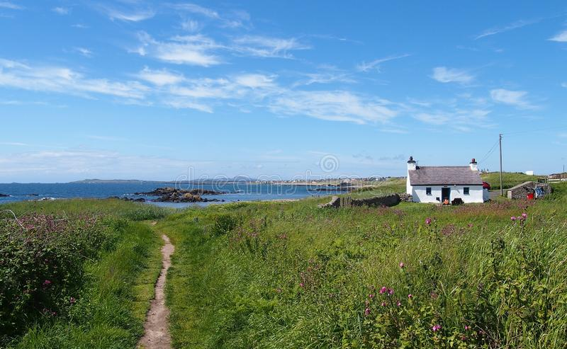 Een wit gewassen plattelandshuisje op het Welse Eiland Anglesey, Groot-Brittannië royalty-vrije stock foto's